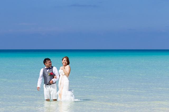 ウェディングドレスのまま海に入ってトラッシュザドレス|沖縄ウェディングオンライン