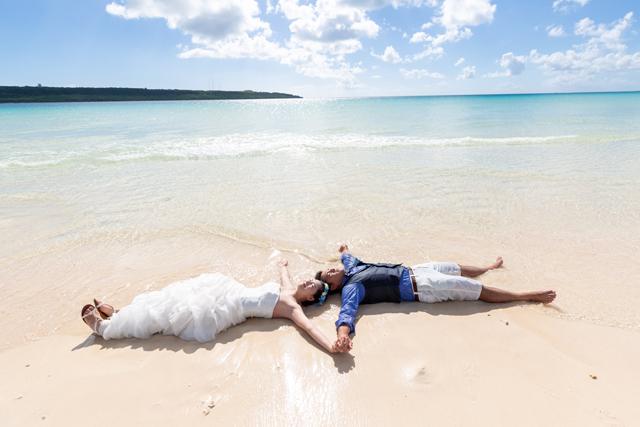 トラッシュザドレスで二人らしいショットを|沖縄ウェディングオンライン