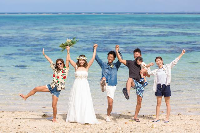 友人達と沖縄ビーチフォト撮影|沖縄ウェディングオンライン