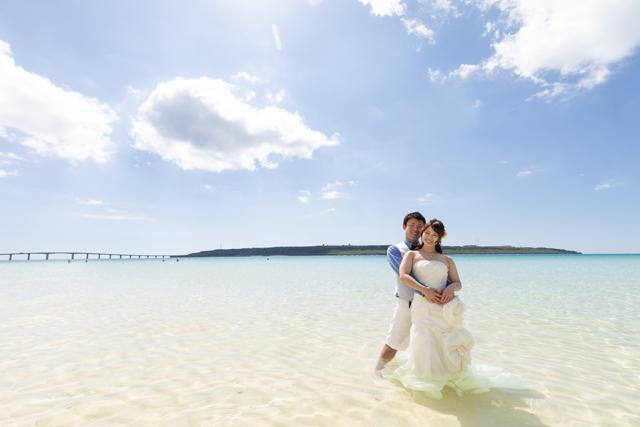ふたりの空気間が伝わるトラッシュザドレスのビーチフォト|沖縄ウェディングオンライン