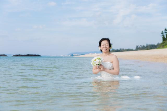 沖縄の天然ビーチでトラッシュザドレス|沖縄ウェディングオンライン