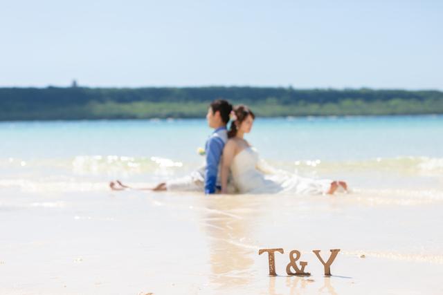 トラッシュザドレスでふたりらしさを際立たせて|沖縄ウェディングオンライン