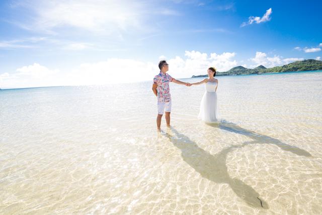 トラッシュザドレスでふたりらしいウェディングフォト|沖縄ウェディングオンライン