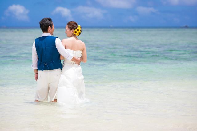 トラッシュザドレスで二人らしいフォト撮影|沖縄ウェディングオンライン
