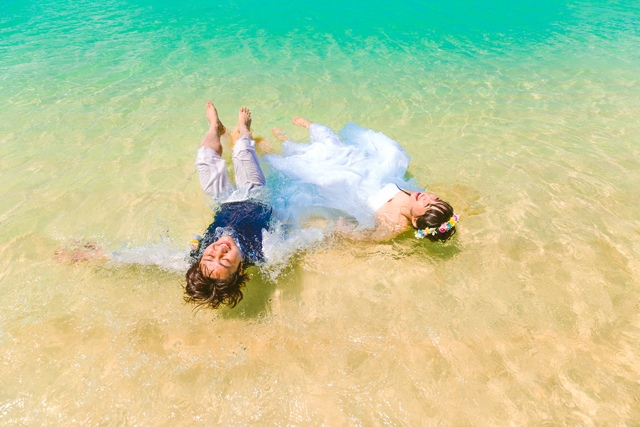 トラッシュザドレスは最高に楽しい思い出体験|沖縄ウェディングオンライン