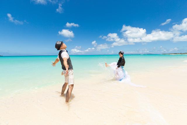 トラッシュザドレスを楽しんで♪|沖縄ウェディングオンライン