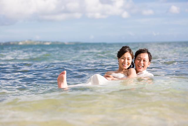 自由で楽しめるトラッシュザドレス|沖縄ウェディングオンライン