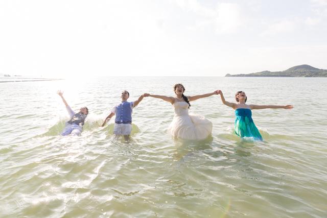 友人達と一緒にトラッシュザドレスのフォトウェディング|沖縄ウェディングオンライン