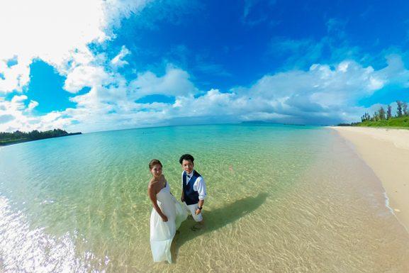 エメラルドグリーンの海でトラッシュザドレス|沖縄ウェディングオンライン