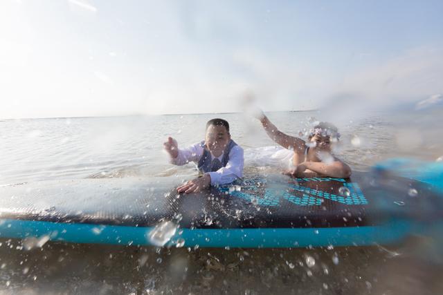 自由で楽しいトラッシュザドレスウェディングのビーチフォト|沖縄ウェディングオンライン