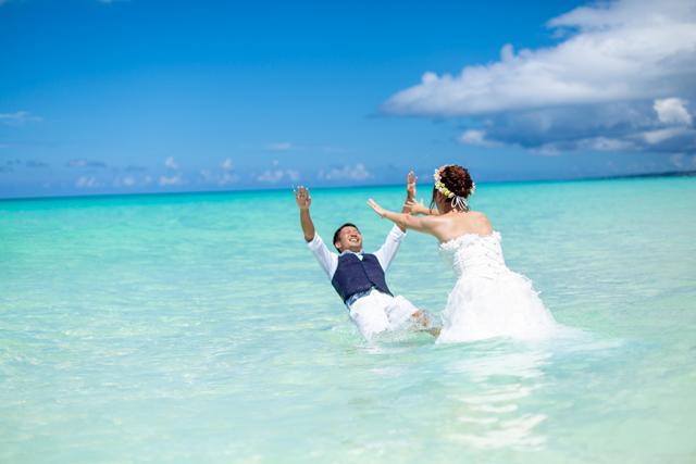 ウェディングドレスのまま海に入れる|沖縄ウェディングオンライン