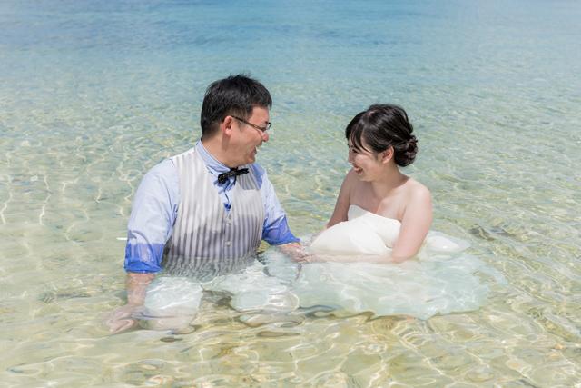 トラッシュザドレスは自然と笑顔に|沖縄ウェディングオンライン
