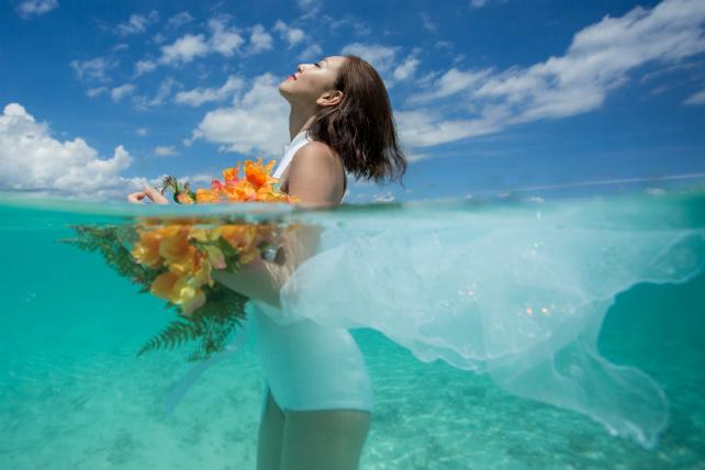 水中フォトウェディング|沖縄ウェディングオンライン