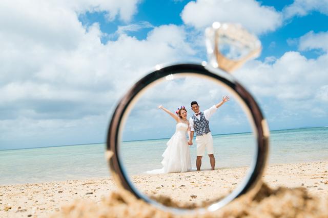 指輪を使ったトリックフォト|沖縄ウェディングオンライン
