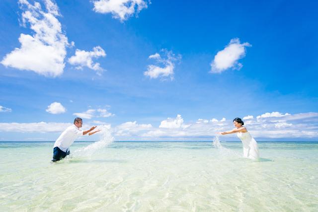二人らしいコンセプトでトラッシュザドレス|沖縄ウェディングオンライン