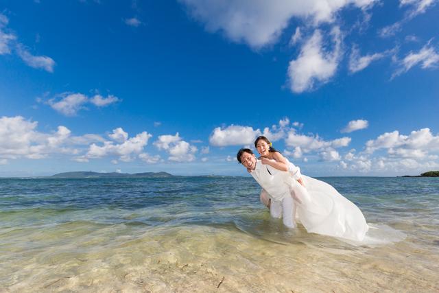 自然と笑顔になるトラッシュザドレス|沖縄ウェディングオンライン