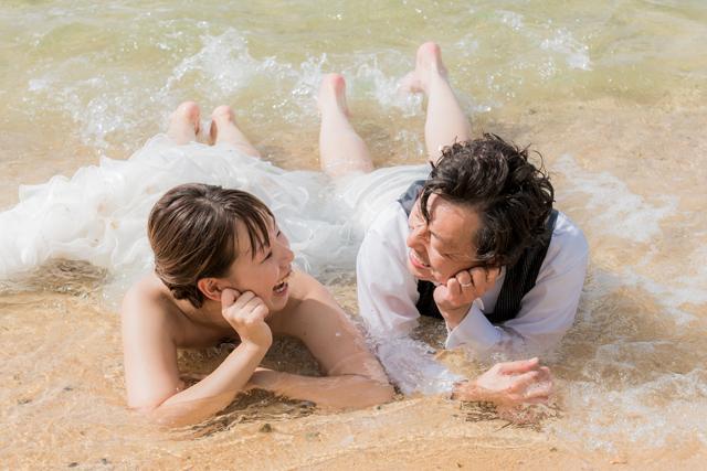 トラッシュザドレスは自然と笑顔になる!|沖縄ウェディングオンライン