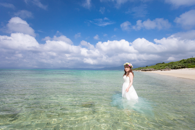 透き通った海でトラッシュザドレス|沖縄ウェディングオンライン
