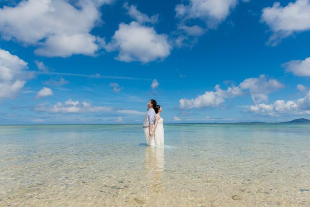 美麗なビーチでトラッシュザドレス|沖縄ウェディングオンライン