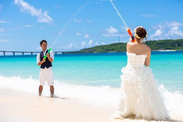 与那覇前浜ビーチでトラッシュザドレスで最高に楽しいウェディングフォトを|沖縄ウェディングオンライン