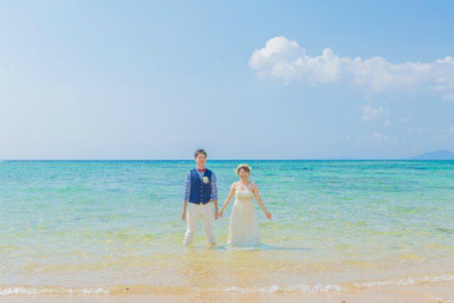 二人の空気感が伝わるトラッシュザドレスウェディングのウェディングフォト|沖縄ウェディングオンライン