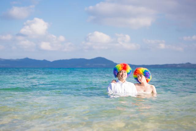 二人らしさいっぱいにトラッシュザドレス|沖縄ウェディングオンライン
