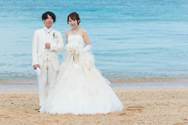 沖縄ビーチフォトウェディングカラードレス緑色