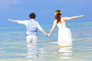 二人だけで絵になるトラッシュザドレス|沖縄ウェディングオンライン