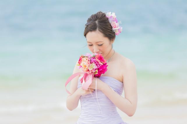 沖縄ビーチフォトウェディングカラードレスラベンダーカラー