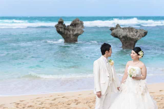ハートロックでのウェディングショット|沖縄ウェディングオンライン