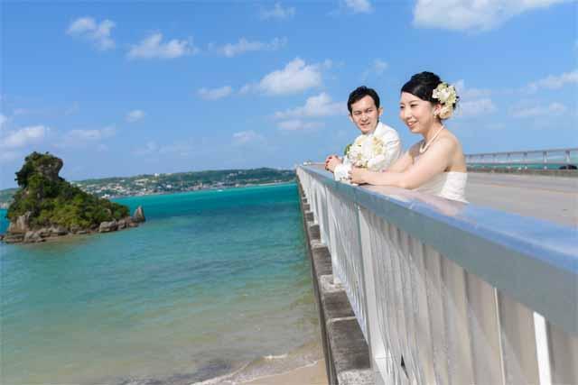 古宇利島大橋でのウェディングショット|沖縄ウェディングオンライン