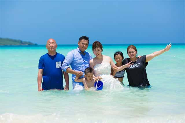 家族でトラッシュザドレスのフォトウェディング|沖縄ウェディングオンライン