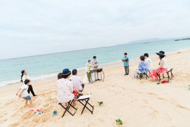 沖縄ビーチ挙式入場シーン