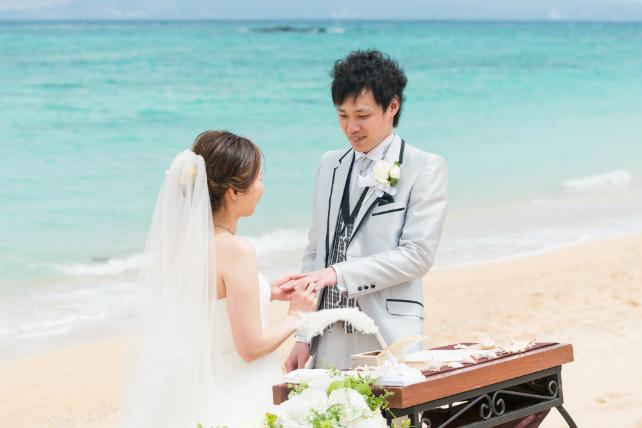 沖縄ビーチ挙式指輪交換シーン