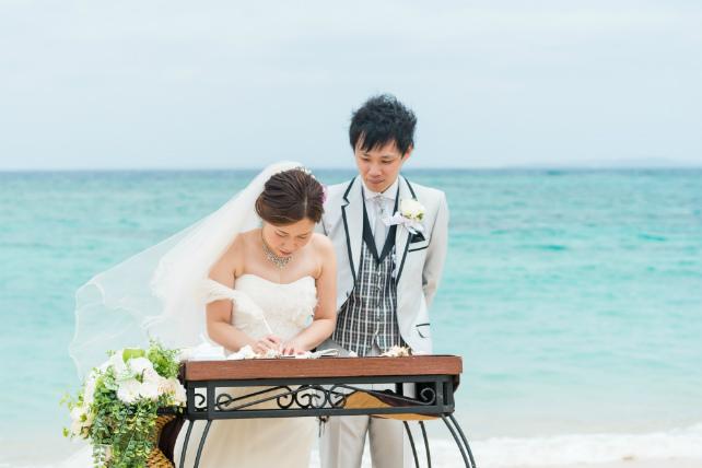沖縄ビーチ挙式結婚証明書署名シーン