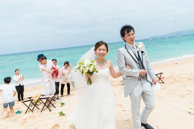 沖縄ビーチ挙式退場シーン