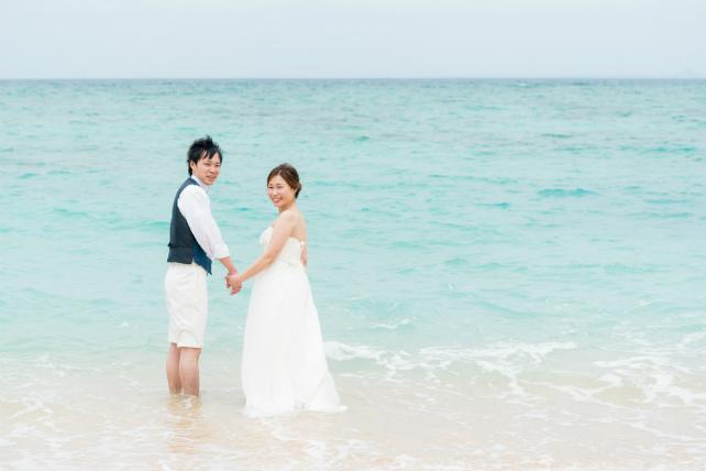 沖縄の天然ビーチでドレスのまま海に入るビーチフォト