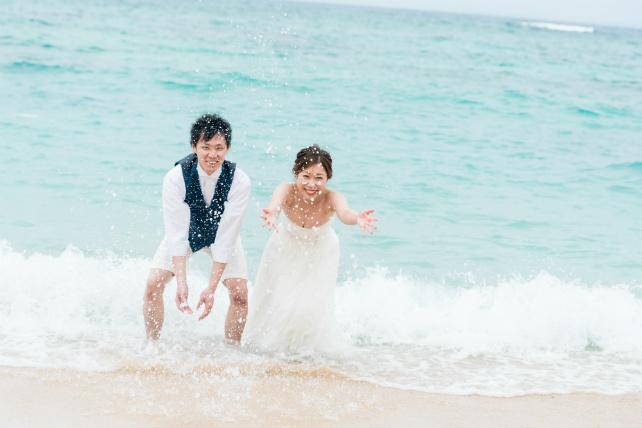 沖縄でドレスのまま海に入るビーチフォト
