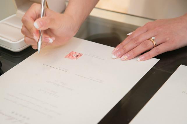 石垣島のチャペル挙式で誓約書にサイン