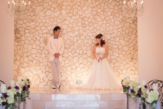 琉球石灰岩で作ったの祭壇で記念撮影