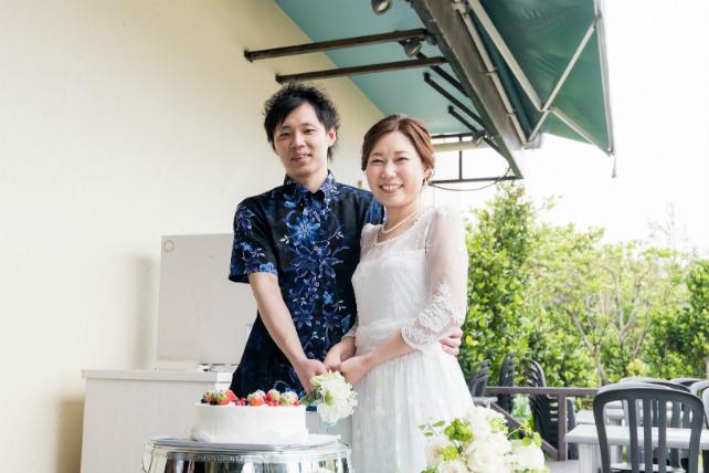 沖縄フォトウェディングと会食のセットプランのケーキカット