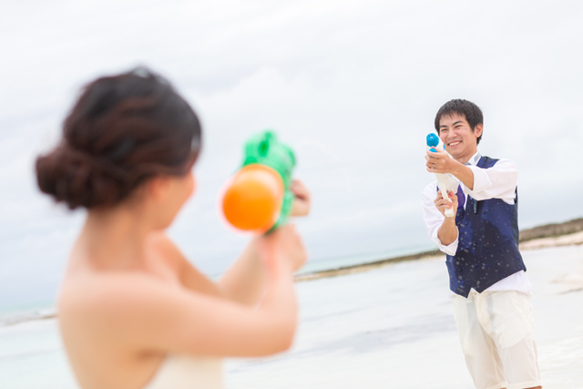 宮古島の東洋一美しいと言われている「与那覇前浜ビーチ」で、水鉄砲のフォトアイテムを使ってオリジナルショット。