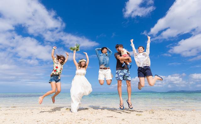 友人と一緒に沖縄フォトウェディング|沖縄ウェディングオンライン
