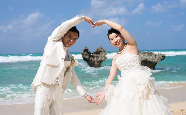 古宇利島のハートロックでフォトウェディング|沖縄ウェディングオンライン