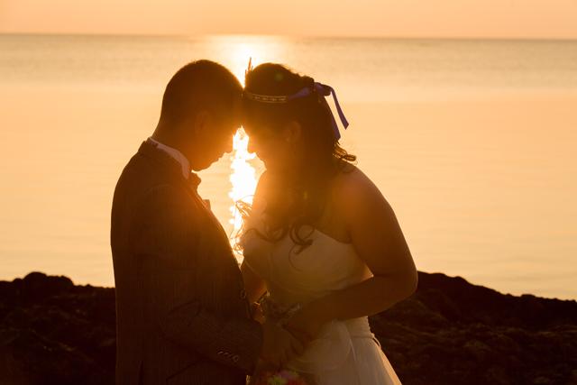 美しい夕日をバックにサンセットフォト|沖縄ウェディングオンライン