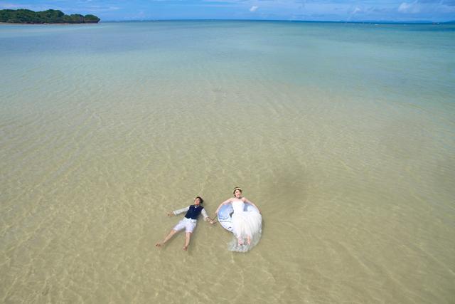 ドローンでトラッシュザドレスのウェディングフォト|沖縄ウェディングオンライン