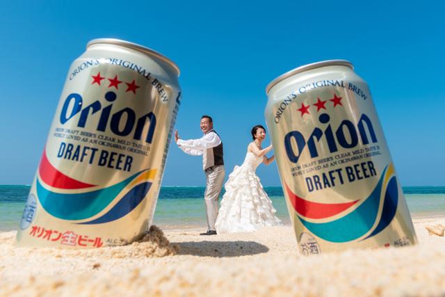 沖縄フォトウェディングショット「オリオンビールでトリックフォト」|沖縄ウェディングオンライン