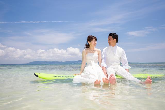 沖縄フォトウェディングショット「離島でサップフォト」|沖縄ウェディングオンライン