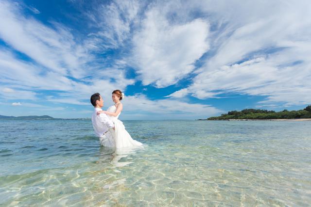 澄んだ石垣島の天然ビーチでウエディングドレスのまま海に入って撮影