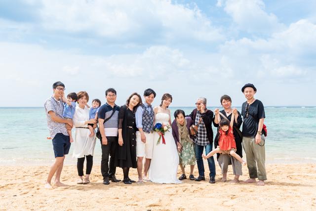 海ではウェディングの集合写真も撮影できる 沖縄ウェディングオンライン